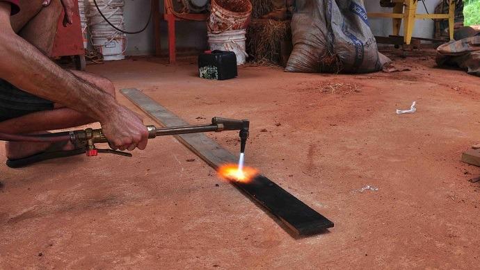 کهنه کاري چوب | کهنه کاري روي چوب | آموزش کهنه کاري چوب | آموزش کهنه کاري روي چوب | هنر کهنه کاري روي چوب | تکنيک کهنه کاري روي چوب | آموزش تکنيک کهنه کاري روي چوب | دستگاه هوا برش | شعله آبي دستگاه هوا برش | نيم سوز کردن چوب | چوب نيم سوخته