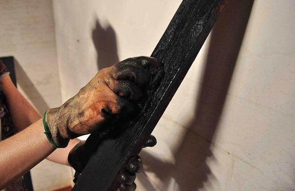 کهنه کاري چوب | کهنه کاري روي چوب | آموزش کهنه کاري چوب | آموزش کهنه کاري روي چوب | هنر کهنه کاري روي چوب | تکنيک کهنه کاري روي چوب | آموزش تکنيک کهنه کاري روي چوب | دستگاه هوا برش | شعله نارنجي دستگاه هوا برش | نيم سوز کردن چوب | چوب نيم سوخته
